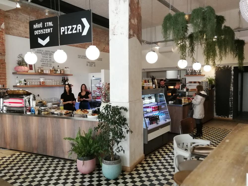 Pizza, kávé, világbéke. A Dudás-fivérek új étterme Miskolcon.