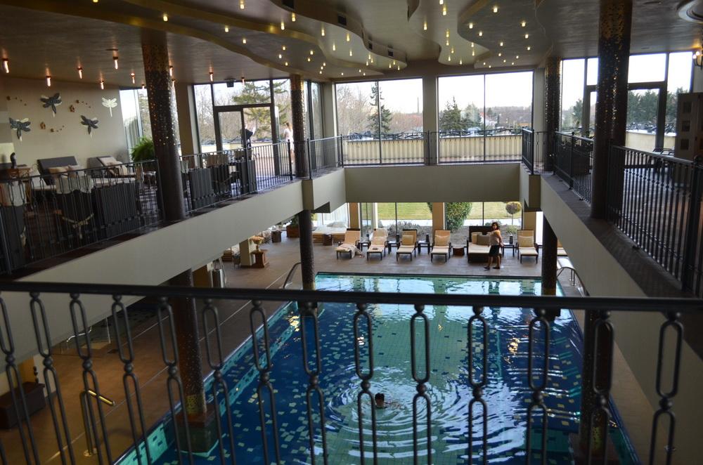 Hotel Chateau Amade. A szálloda wellness központjának beltéri úszómedencéje.