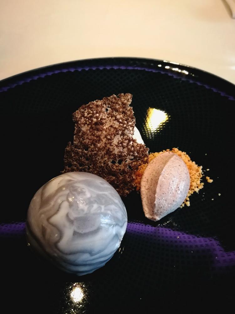 A desszert: Mák, fehér csokoládé, citrom - Alapja egy enyhén ánizsos mákos piskóta erre egy félgömbre formázott citrus krém kerül, majd ugyancsak félgömb alakban fehér csoki mousse réteggel vonják be és mákos fehércsokoládé-fagylalttal illetve mákropogóssal tálalják.