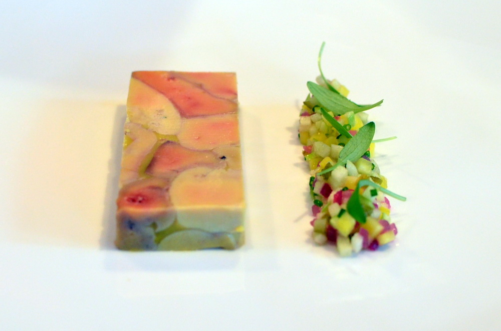 Kacsamáj zsírjában – Francia rougié kacsamáj rusztikus darabokban, saját zsírjában sous vide-olt, marinált zöldségekkel (sárga cékla, cornison, gyöngyhagyma snidling) és zöld almával.