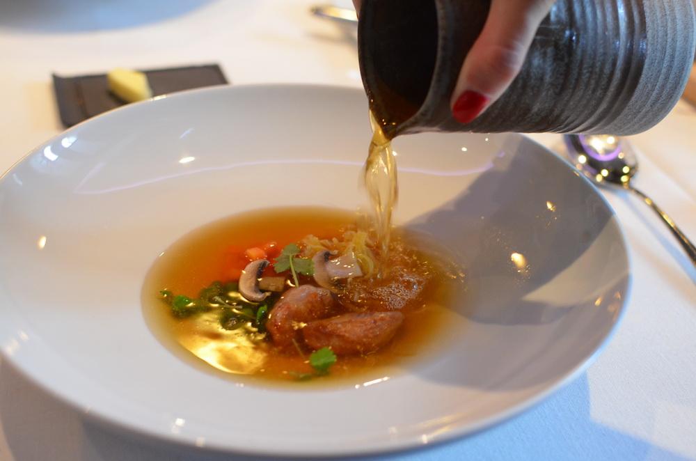 Újházy tyúkhúsleves - a klasszikus, hosszan főzött tyúkleves,levesbetétként házi metélt, hámozott zöldborsó,sárgarépa és green egg-ben füstöltcsirke osztriga - ez a csirke medencecsont feletti puha darabja.