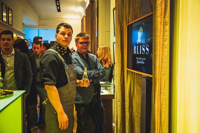A Royal Bliss csak a legjobb éttermekben, bárokban és szórakozóhelyeken lesz kaphat Spanyolország után hazánkba is megérkezett a Coca-Cola prémium üdítőital-családja, a Royal Bliss. A hatféle, különlegesen kifinomult és komplex ízvilágú, egyedi grafikával díszített, elegáns üvegpalackokban kapható Royal Bliss üdítők márkanagykövete az egyik leghíresebb fiatal magyar bartender, Ódor András.
