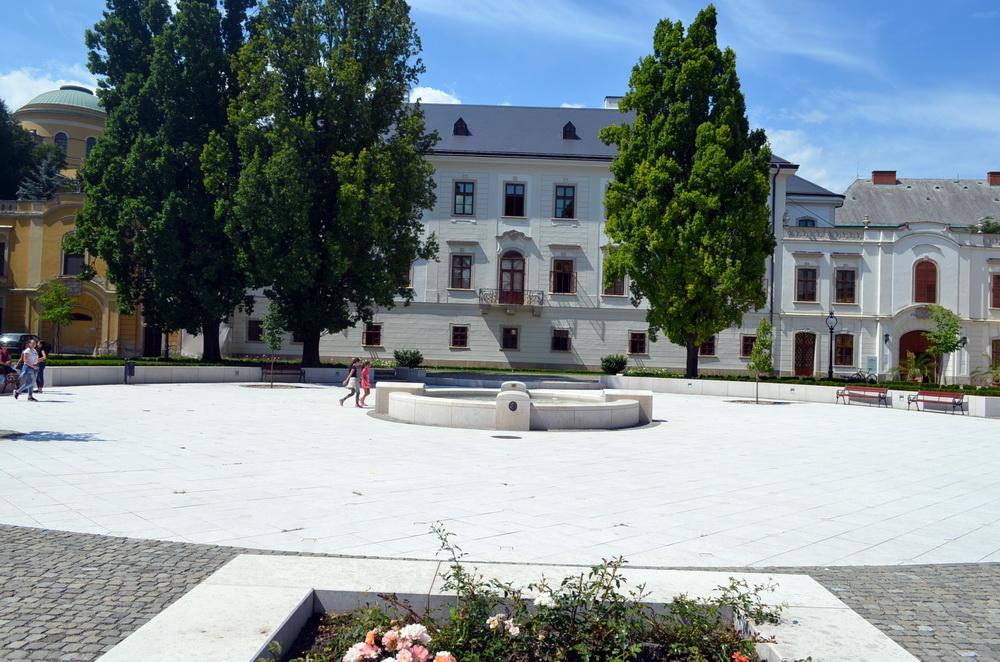 A borrendezvény helyszíne az egri sétálóutca legszebb épületének, az Egri Érseki Palotának előkertje.