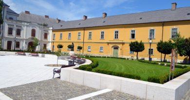 Az Egri Érseki Palota előkertje, a VINO Kóstoló Ünnep helyszíne 2018-ban. GasztroMagazin 2018.