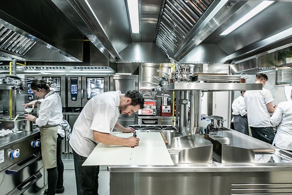 Széll Tamás az új étterem konyháján.