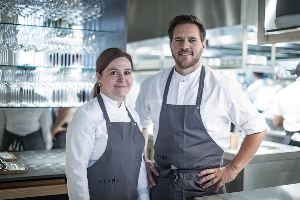Széll Tamás szakmai és magánéletbeli társával, Szulló Szabinával új fine dining éttermük, a STAND Étterem megnyitóján. GasztroMagazin 2018.