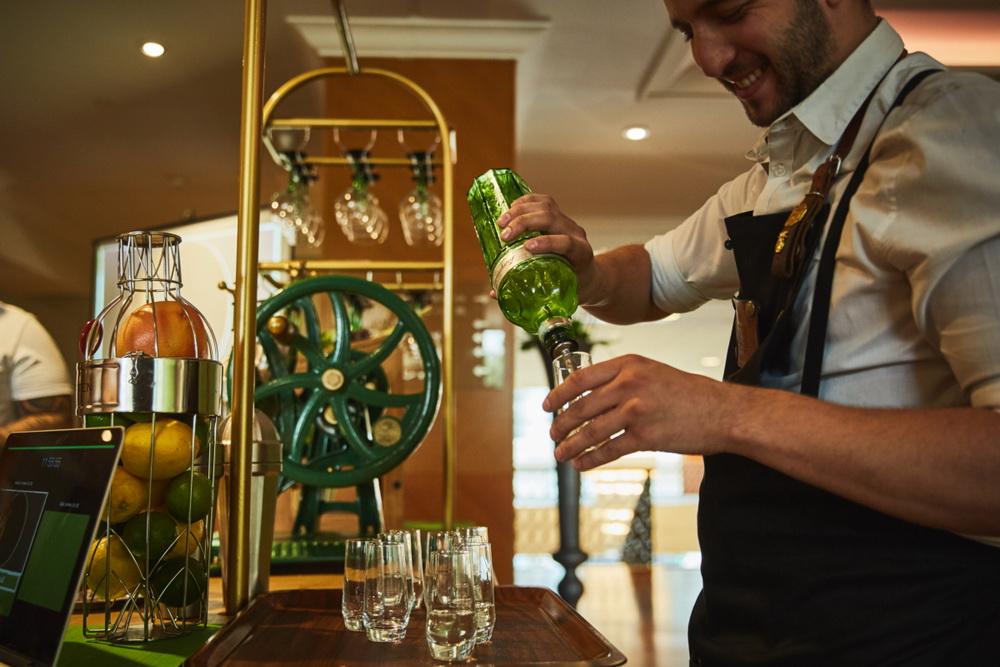 Vitezslav Cirok, az elismert cseh bartender, a cocktailok készítője.
