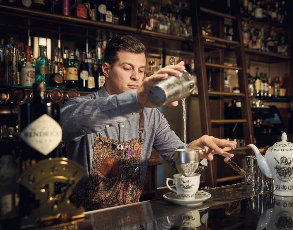 Ódor András, a Black Swan Bar bartendere, a különleges étel-ital párosítású vacsora másik főszereplője.