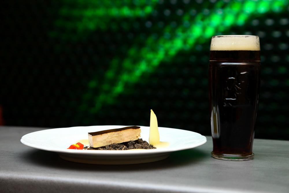 A Dreher sörvacsora záróakkordja, az étcsokoládés mousse almakompóttal, Dreher Bak kíséretében.