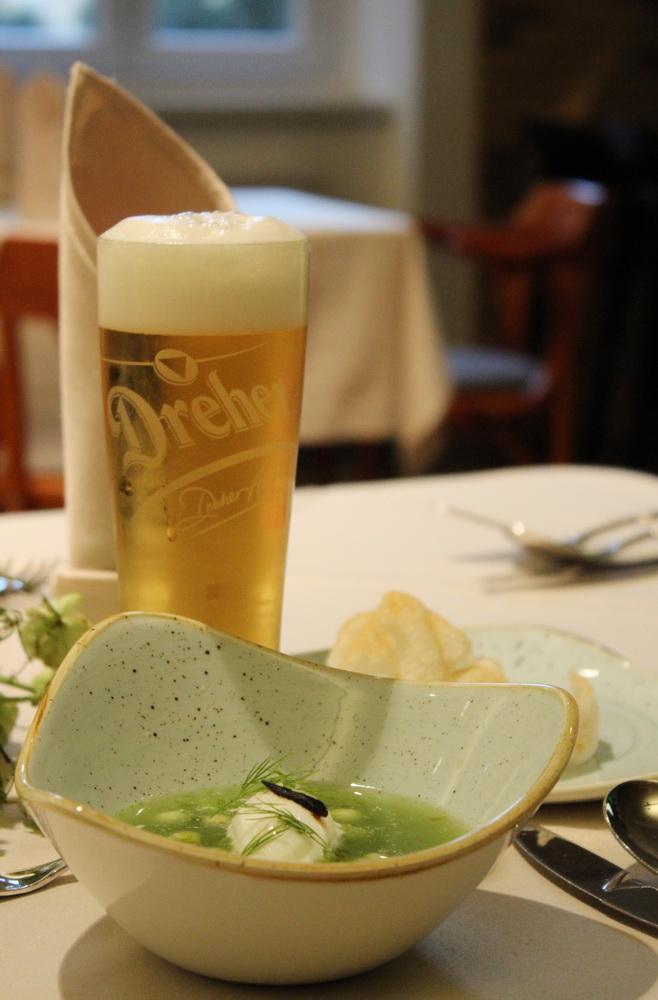 Mesterszakács és sörgasztronómus alkotta meg a Dreher Sörgyárak sörvacsora programját. Vadkacsamell, levendula, fermentált fokhagyma, kecskesajt hab.