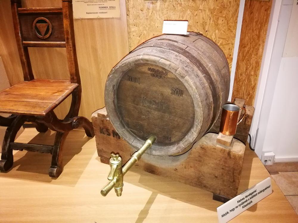 Egy eredeti, csapra vert söröshordó a Sörgyár látogatóközpontjának tárlatáról.