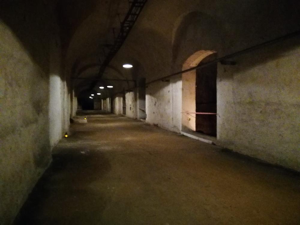 A sörgyár alatti, mészkőbe vájt végeláthatatlan pincejáratok szolgálták annak idején a sör hűtötten tárolását.