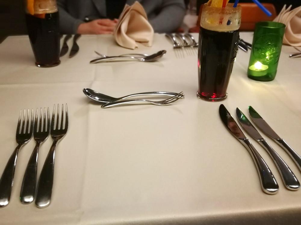 Már az evőeszközök száma is azt mutatta, a Chef úrnak sok mondanivalója lesz a ma esti program résztvevői számára. A kés hegyénél már fel is tűnik az esemény első szereplője, az aperitifként felszolgált sör cocktail. A cseh barnasör alapú ital citrusokkal ízesítve, fahéjjel-cukorral krusztázott pohárban, melegen került elénk - nagy örömmel kóstoltuk.