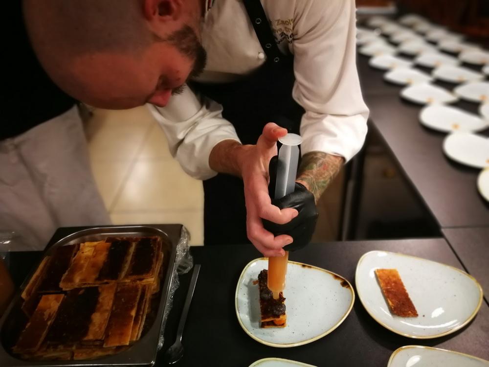 A sörtörténelmi előadás újabb fejezete alatt a konyhai háttérben már készül a befejező fogás...