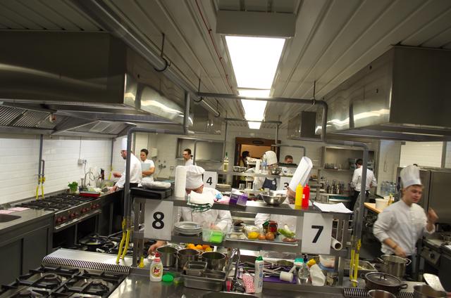 A szakács verseny színtere, a BGE KVIK Alkotmány utcai tankonyhája.