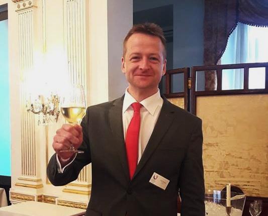 Tüű Péter, a Sommelier Bajnokság 2019-i évi győztese, az Arany Kaviár Étterem sommelier-je.