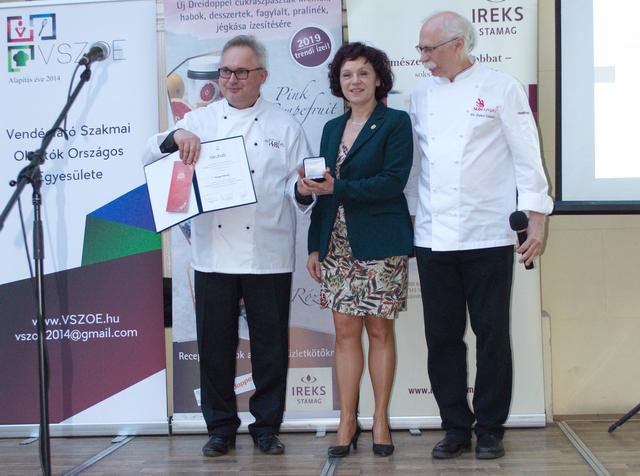 Varga Károly, a Pro Gastronomia díj 2019-es díjazottja a kép bal szélén. Jobb szélen a díj alapítója, Dr. Sándor Dénes.