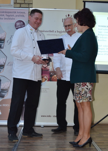 Vomberg Frigyes, a Pro Gastronomia díj másik idei díjazottja veszi át a kitüntetését.
