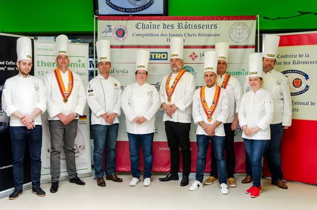 A szakácsverseny kóstoló zsürijének tagjai.