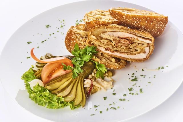 A nagy kedvenc, a Rakaván, a füstölt sajttal és csirkemellel töltött palacsinta, szezámmagos panírban.