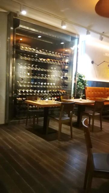 Az étterem enteriőrjének megalkotásakor is a nemes anyagokkal megvalósuló egyszerű felületek voltak a cél.