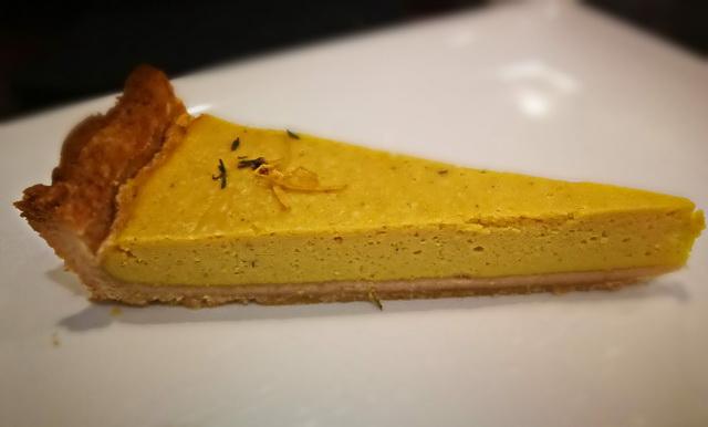 A negyedik torta a liguriai citromos kakukkfüves túrótorta. Alapja egy klasszikus pitetészta. Persze tufuból készült, de ezt nehéz elhinni a kóstolás után. Talán izgalmasabb is így, mint egy édes tehéntúróba fojtott hagyományos recept. Finom, kiforrott termék.
