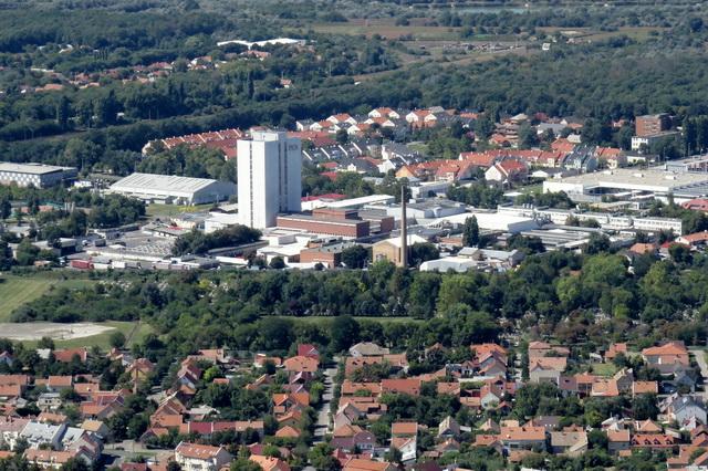 A Pick gigantikus szalámitornya, a város harmadik legmagasabb épülete.