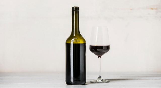 A frissen megtervezett, évszázados tradíciókon alapuló egri boros palack Talabér Géza fotóján. GasztroMagazin 2019.