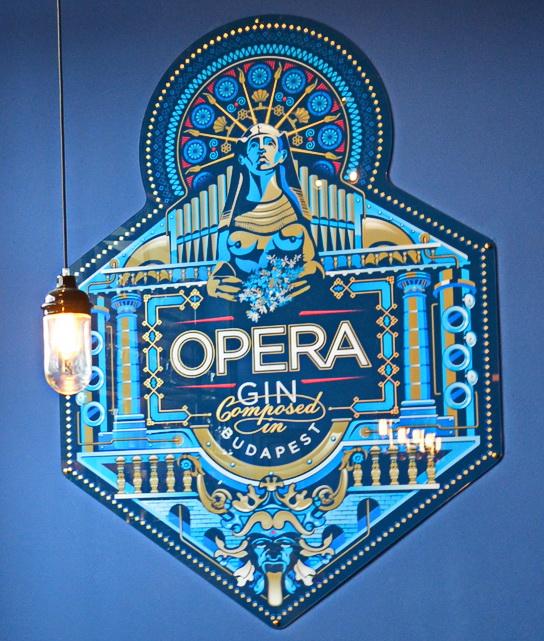 Az Opera Gin, az első magyar London Dry gin címere az Első Magyar Gin Manufaktúra ginfőzdéjében.