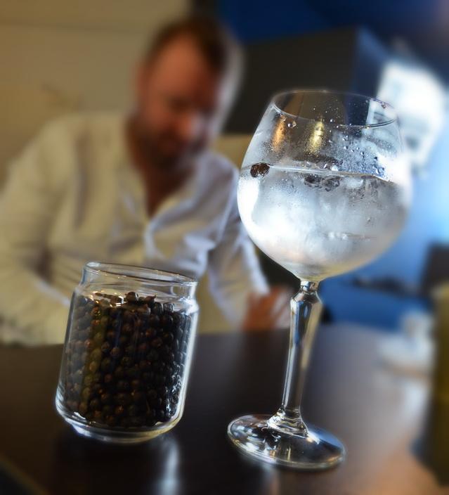 A tökéletes gintonik pohár. Copá di Gin Tonic, vagy Casablanca Gin Goblet? Ki hogy hívja.... A lényeg a burgundis pohárhoz hasonlatos, az illatokat az orr felé terelő pohárforma.
