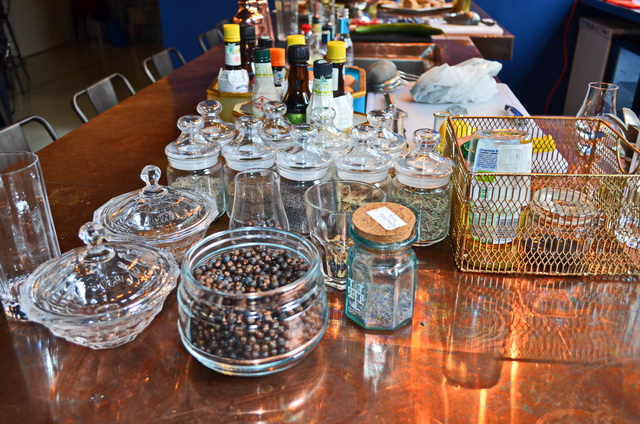 Az Opera gin alapanyagainak egy része. A borókával együtt 11-féle gyógynövény és fűszer.