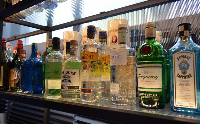 Ginek, vermutok, keserűk és más cocktail összetevők a titkos bár polcain.