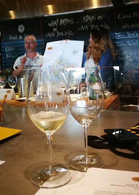 Carlo Veronese és Herczeg Ágnes a borvidék térképén mutatják be az ültetvényeket. Előtérben a kóstolásra kínált első borok.