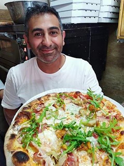 Adibeg Towmasyaan méltán büszke a pizzájára.