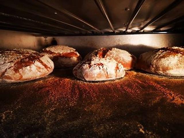 Szombatonként kovászos kenyerek sülnek a kemencében.
