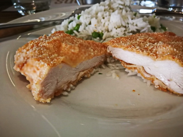 A rántott csirkemell rizibizivel. Minőségi rizs, friss zöldborsó, szaftosan omlós csirkemell.