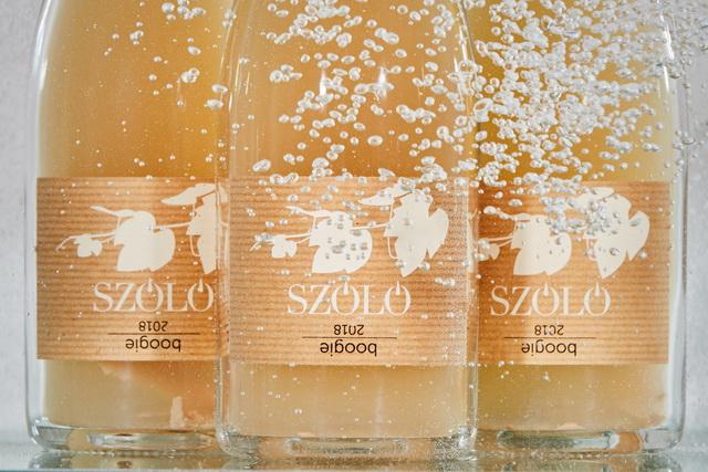 A pétillant naturel, vagy rövidebb nevén pét-nat, egyike a buborékos boroknak