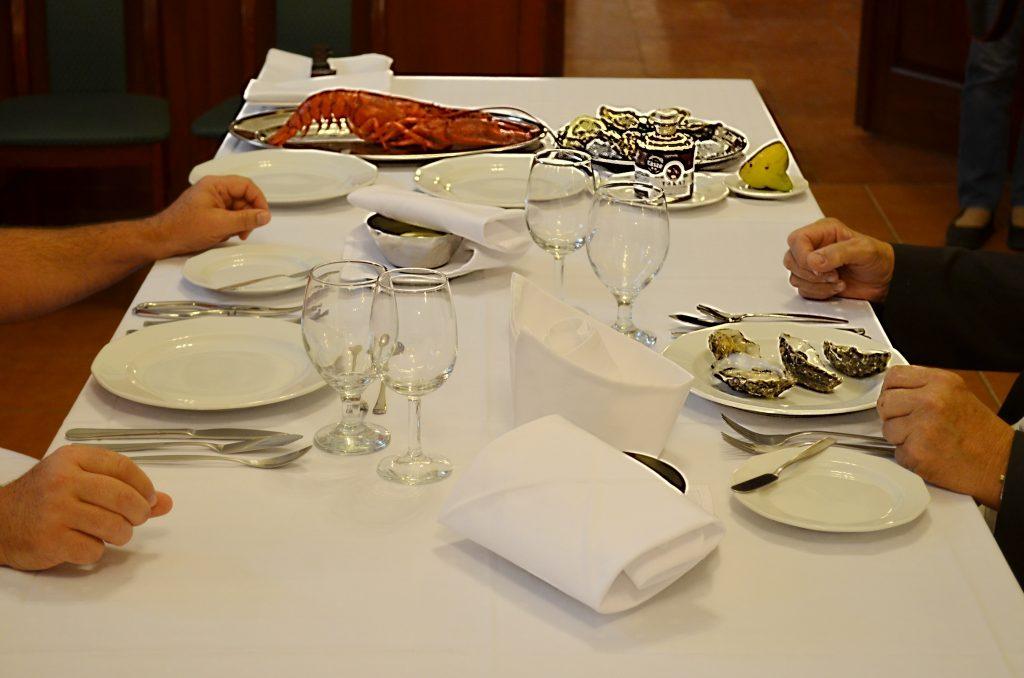 Az ebéd tálalva: homár és osztriga