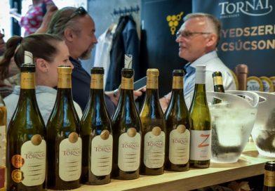 A Tornai-bemutató főszereplői: Tornai úr és a Tornai-borok a Kóstolom Borbárban megszervezett bemutatón. GasztroMagazin 2019.