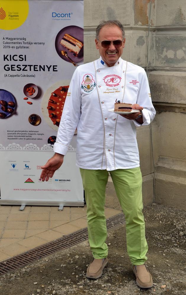 A Kicsi Gesztenye a Várkert Bazár teraszán rendezett bemutató sajtótájékoztatón, az alkotó prezentálásában