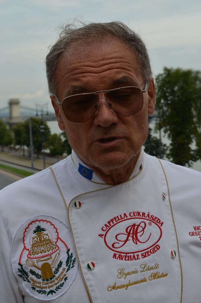 Gyuris László, a szegedi A Capella Cukrszat tulajdonosa és vezetője, az idei győztes Cukormentes Országtorta, a Kicsi Gesztenye alkotója
