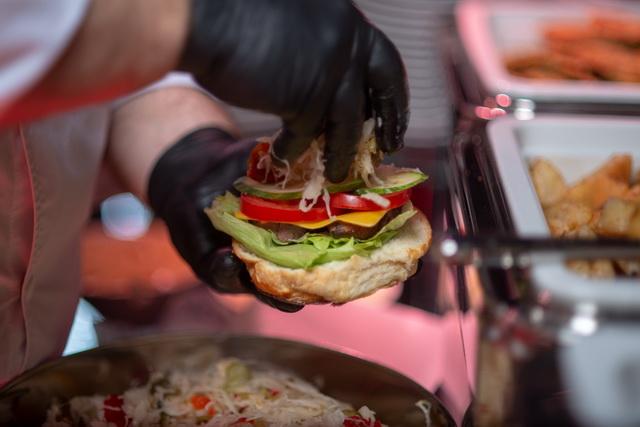 Volenter István hamburgerében jól megfigyelhetjük az összetevőket