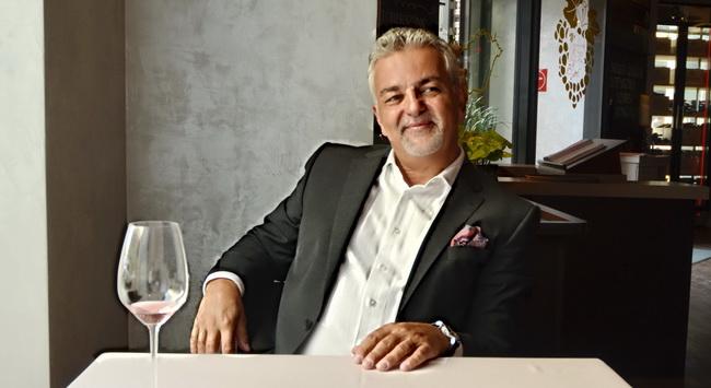 Lizsicsár Miklós, a St. Andrea Restaurant éttermi vezetője, a frissen alapított Az Év Szervizembere cím kitüntetettje. GasztroMagazin 2019.