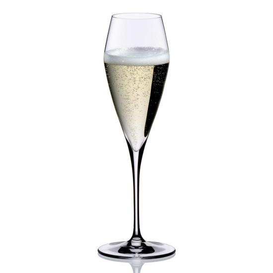 Szintén a Riedel Vitis terméke ez a Champagne-pohár. A szépen öblösödő kelyhű pohár felül összeszűkülő szájjal tökéletesen mutatja be a benne kínált pezsgőt. Kár, hogy a fotón túltöltötték a poharat