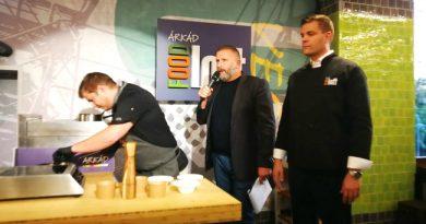 Az Árkád Food Loft megnyitóján a bavásárlóközpont igazgatója a Világevő Jókuti Andrással és az étterem Chefjével tart bemutatót. GasztreoMagazin 2019.