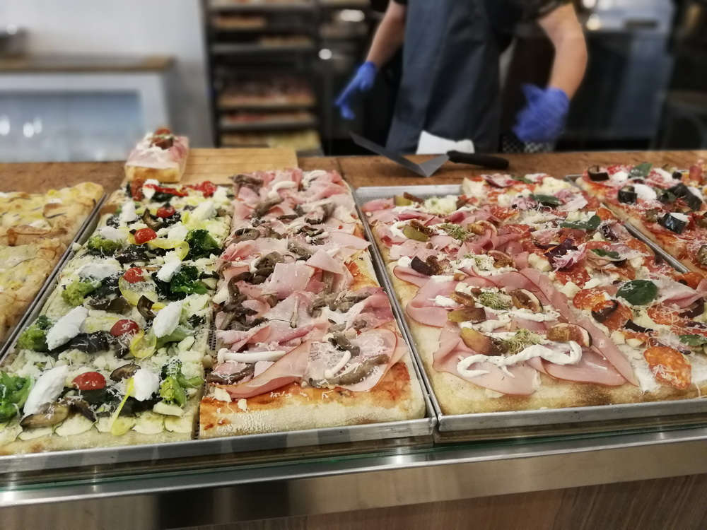 Pizza, kávé, világbéke. Széles a pizzaválaszték, minőségiek az alapanyagok.