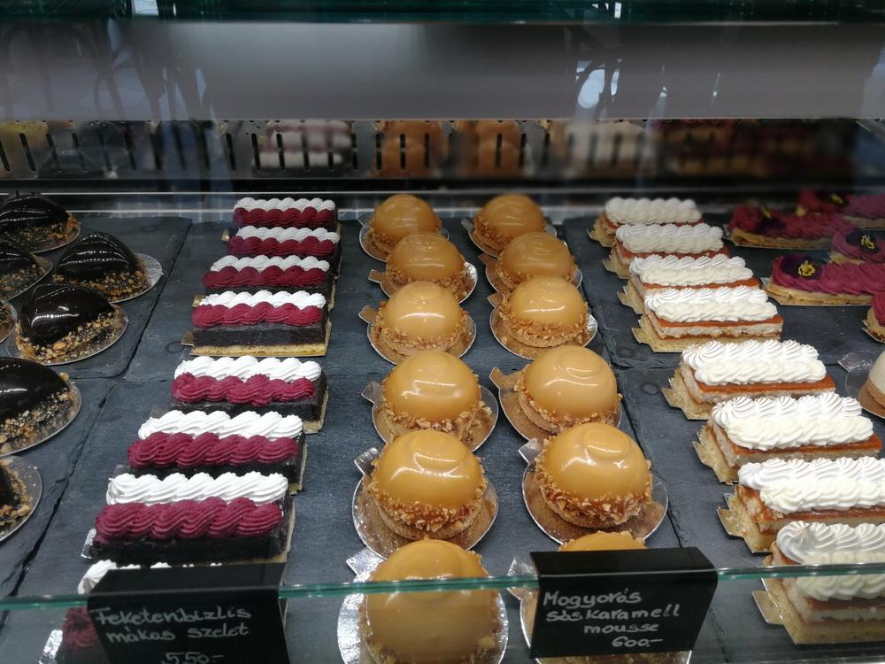 Kellően széles süteményválaszték, jó minőség a vitrinekben.