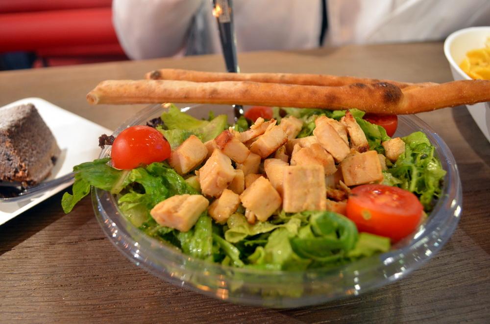 A csirkés pestós saláta grissinivel gyorsan érkezett, friss és finom volt.