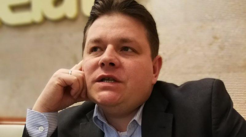Gloviczki Ákos interjúja a GasztroMagazin munkatársával. Fotó Zmák Tibor. 2018.02.26.
