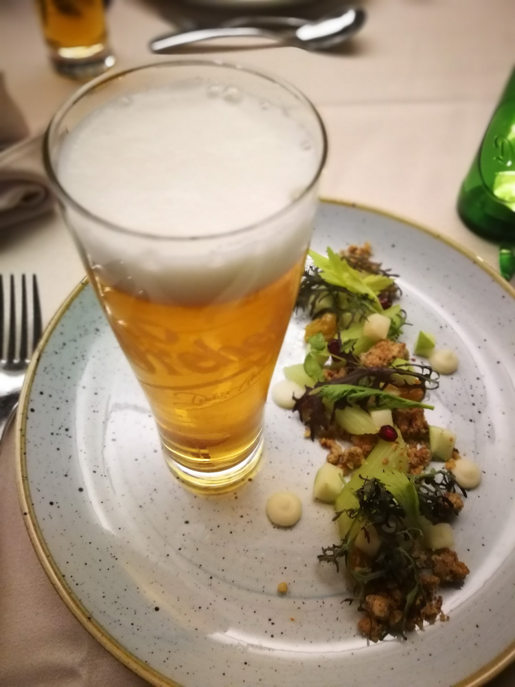 Az ételsor első tagja egy Waldorf saláta volt. A diós, almás, zelleres ízekhez és illatok kitűnően támasztották alá a Dreher Pale Ale sajátosságait.